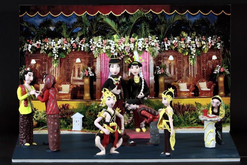 在Pindy的巧手下,爪哇婚禮、甘美朗樂器等全成了精巧的捏麵人,這些色彩繽紛的人...