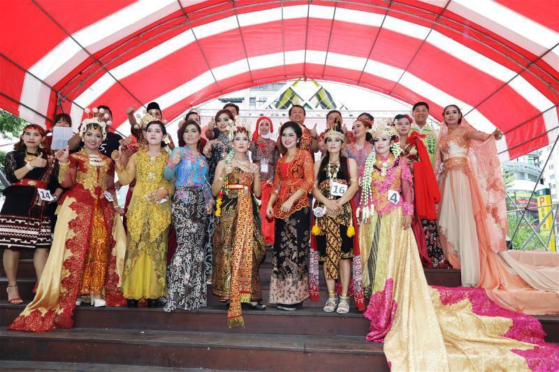 印尼服飾的時裝秀,在Pindy(後排中)主辦的 東協市集「印尼站」,熱鬧登場。