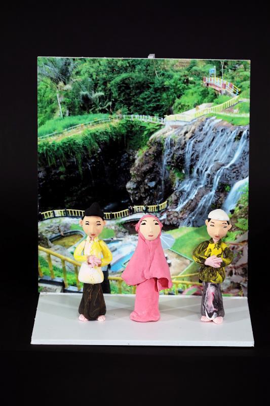 人偶表情、服裝飾品、印尼風情的背景, 每個作品都能見到Pindy的用心與巧思。