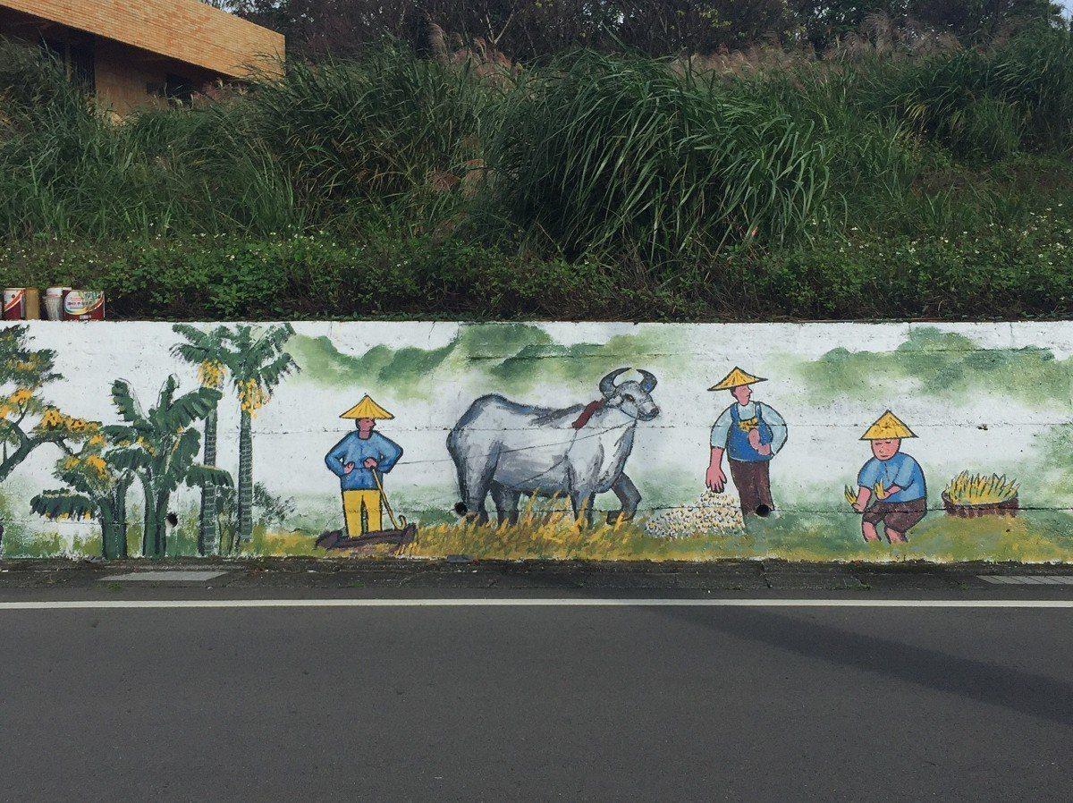 淡水忠山社區一塊長數十公尺的駁坎上,畫上了許多色彩繽紛的彩墨畫圖案,,民眾都稱讚...
