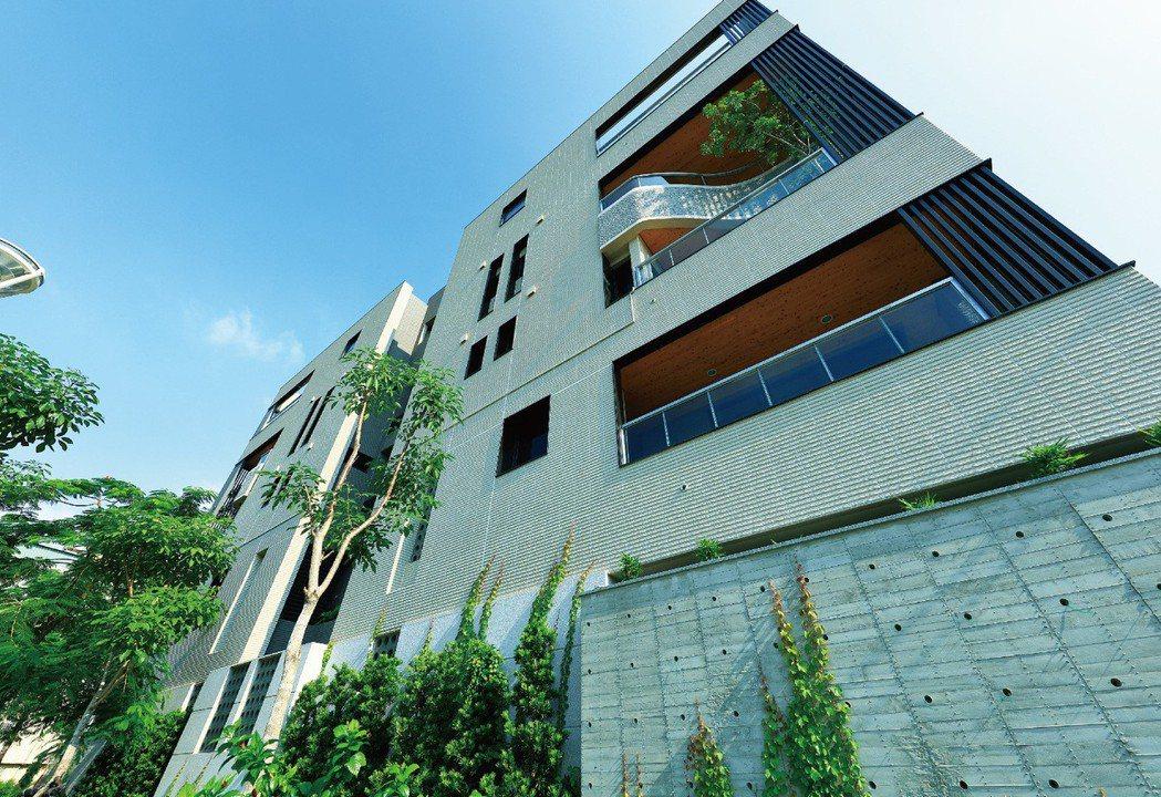 外牆以清水模做基座,並種了爬壁處植栽,獨特又優雅。 圖片提供/德豐生實業