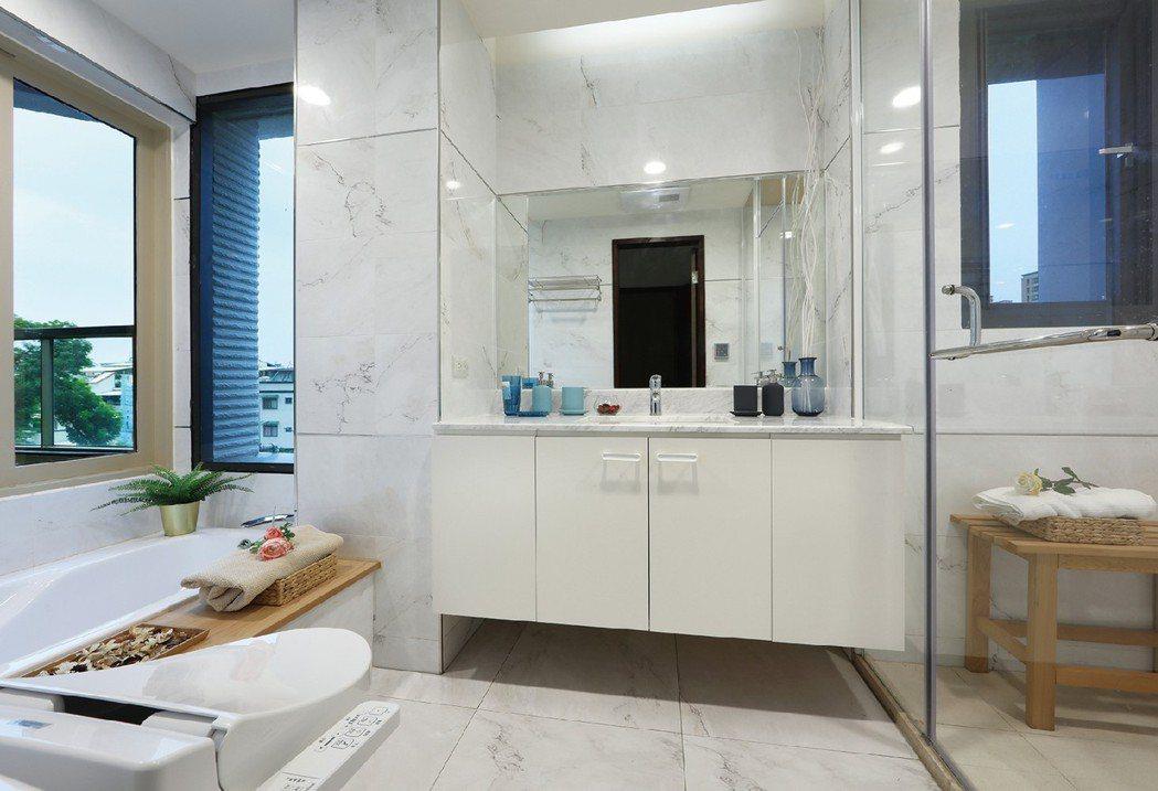 主臥衛浴開窗,並規劃蒸汽室。 圖片提供/德豐生實業