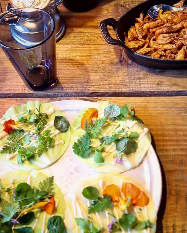 主菜一:炸蝦(右上角那一鍋)、甘藍菜葉、香草、食用花。此道菜的概念源自於墨西哥捲...