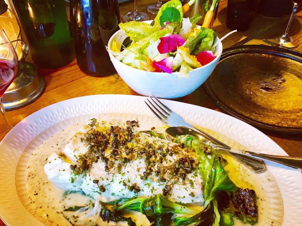 主菜二:鱈魚浸奶油醬,撒上小酸豆。奶油醬像泡沫般質地輕盈,溫柔包裹著鱈魚,配著酸...