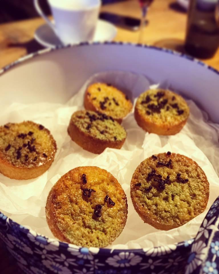 餐後甜點二:秘魯螞蟻杏仁蛋糕。對的你沒有看錯,蛋糕上的黑色點點不是芝麻,不是巧克...