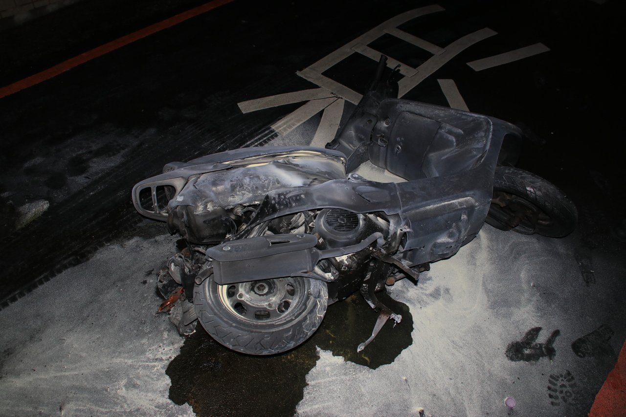 被害人機車無故遭縱火燒毀。記者曾健祐/攝影