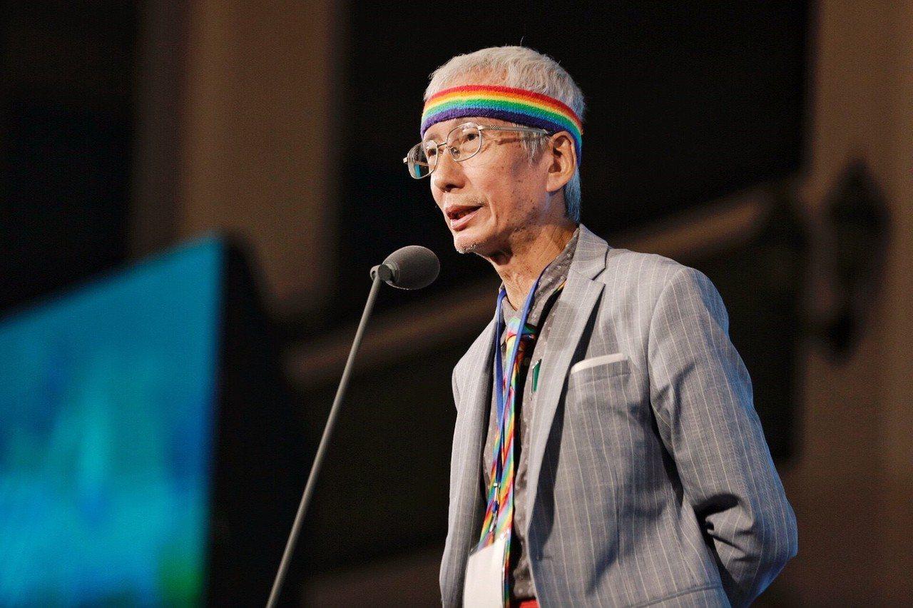 祁家威身著彩虹領帶、彩虹頭巾出席總統文化獎晚會。圖/文化總會提供