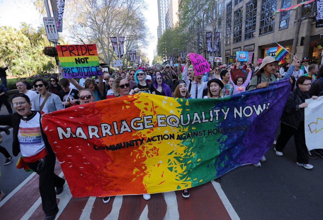雪梨民眾9月遊行要求同姓婚姻平權。路透