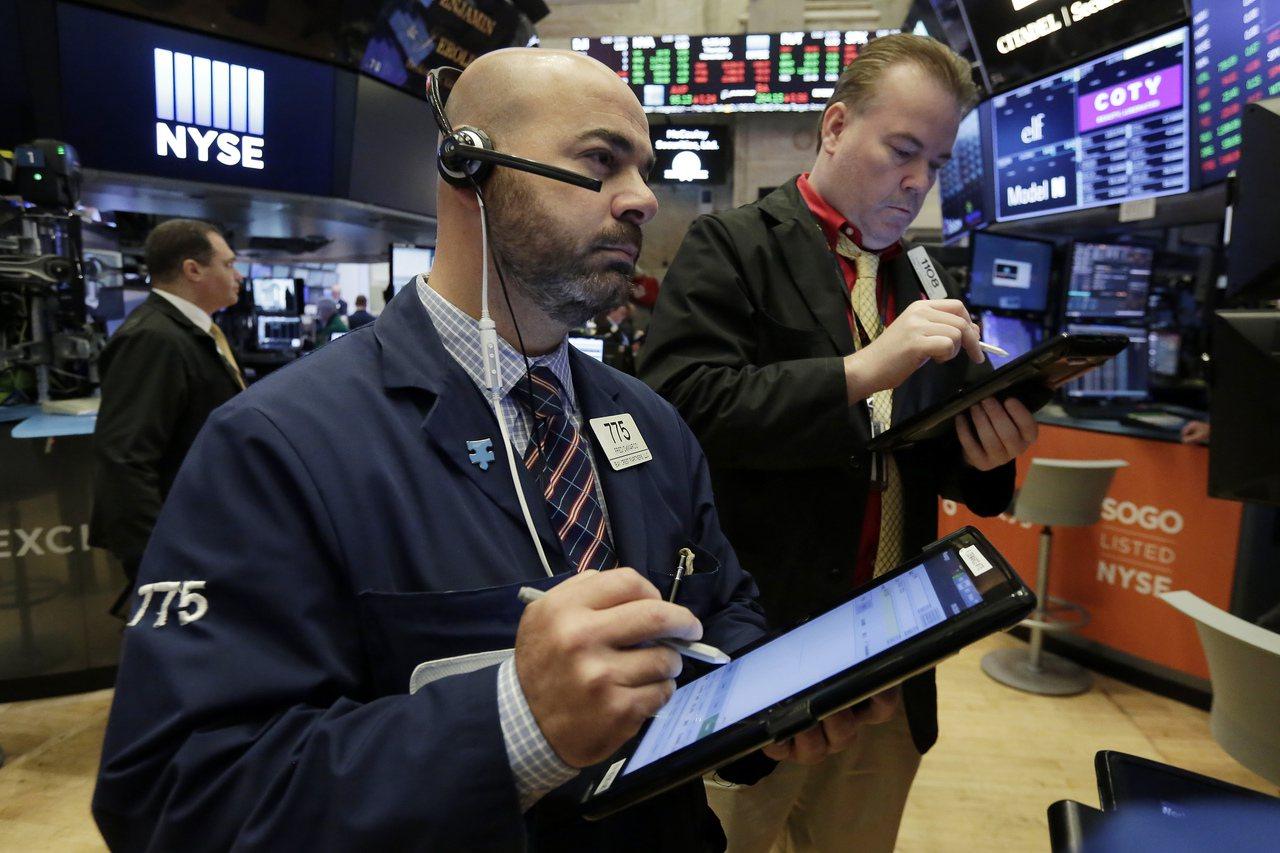 油價下滑,美股三大指數全面下跌。(美聯社)