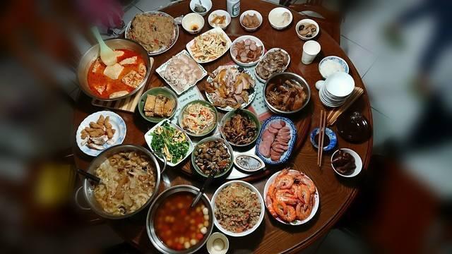一名網友在臉書社團中上傳照片,照片中的圓桌有雞肉、蝦子、滷白菜、香腸、豆腐、青菜...