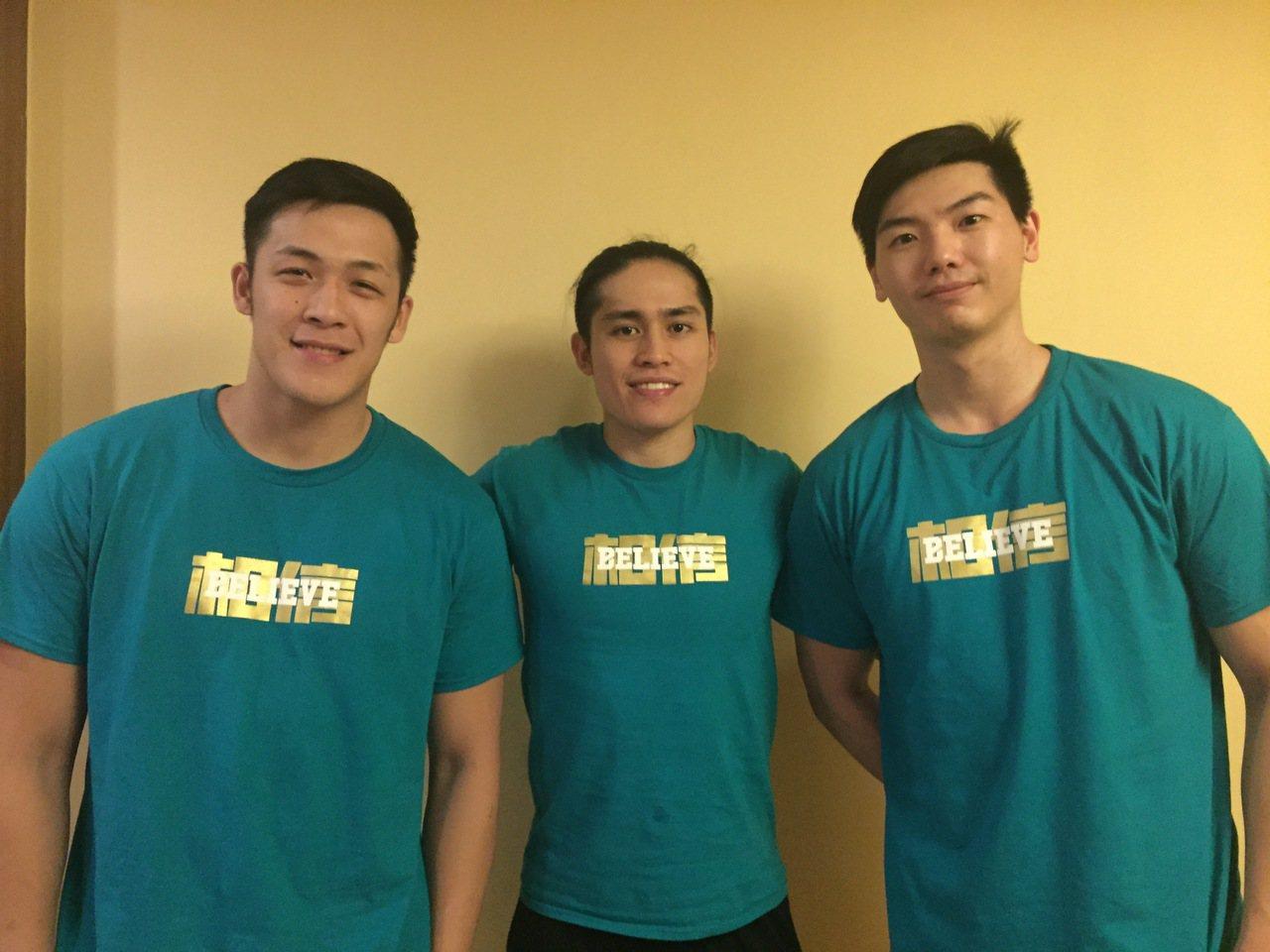 周儀翔(左起)、陳盈駿和胡瓏貿賽後一同換上「相信」T恤。圖/引爆運動訓練提供