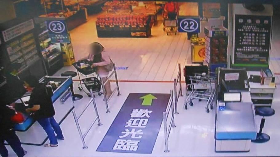 女子涉嫌拿強力磁鐵,到賣場偷物品,先消磁再偷走。記者游振昇/翻攝