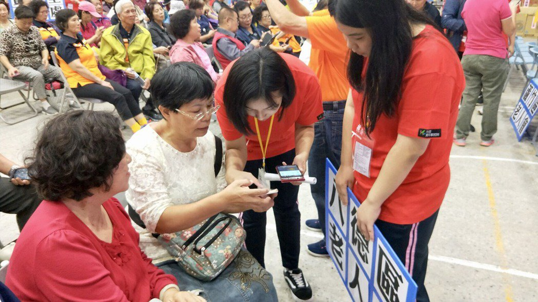 年輕人與長輩交換使用智慧型手機心得。圖/桃園市青年事務局提供