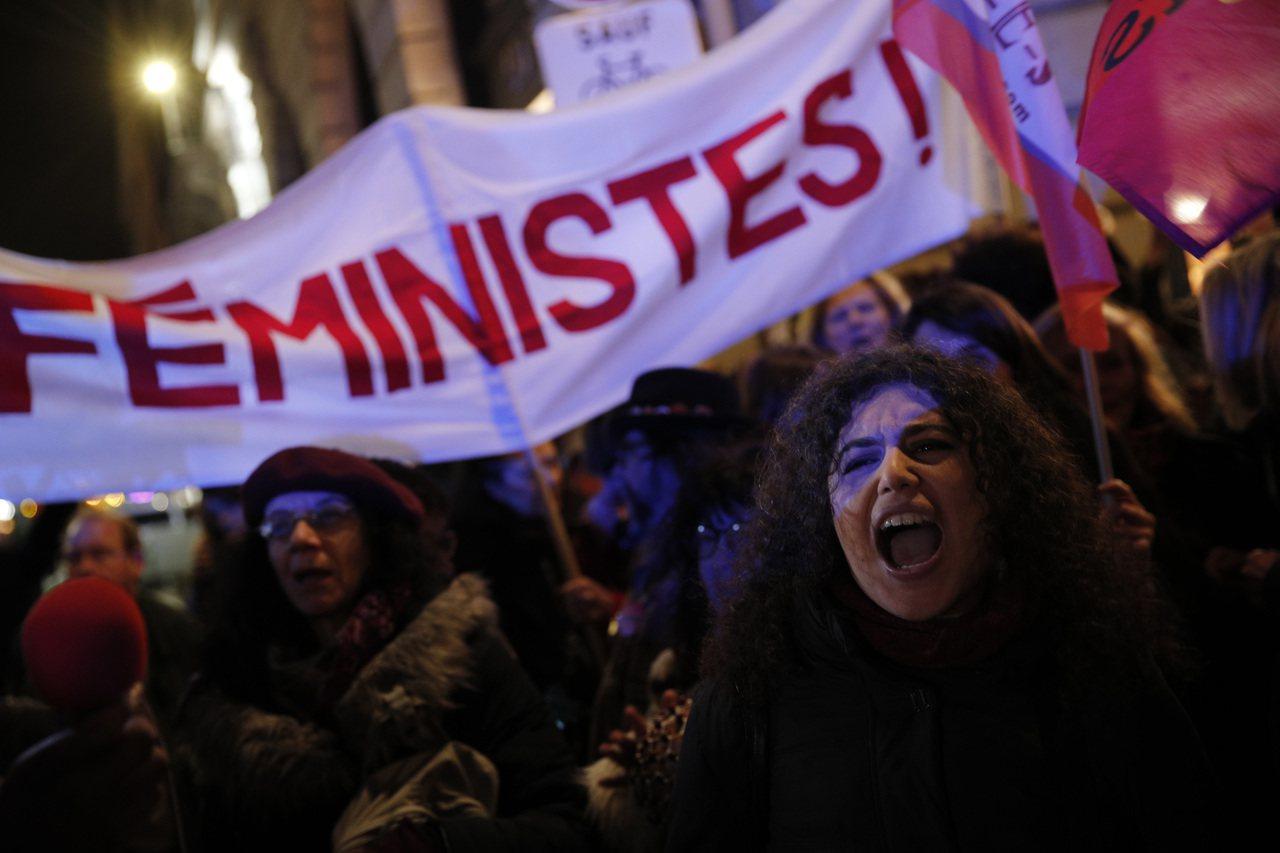 法國女權人士14日在巴黎高舉「女性主義再現」(Encore Feministes...