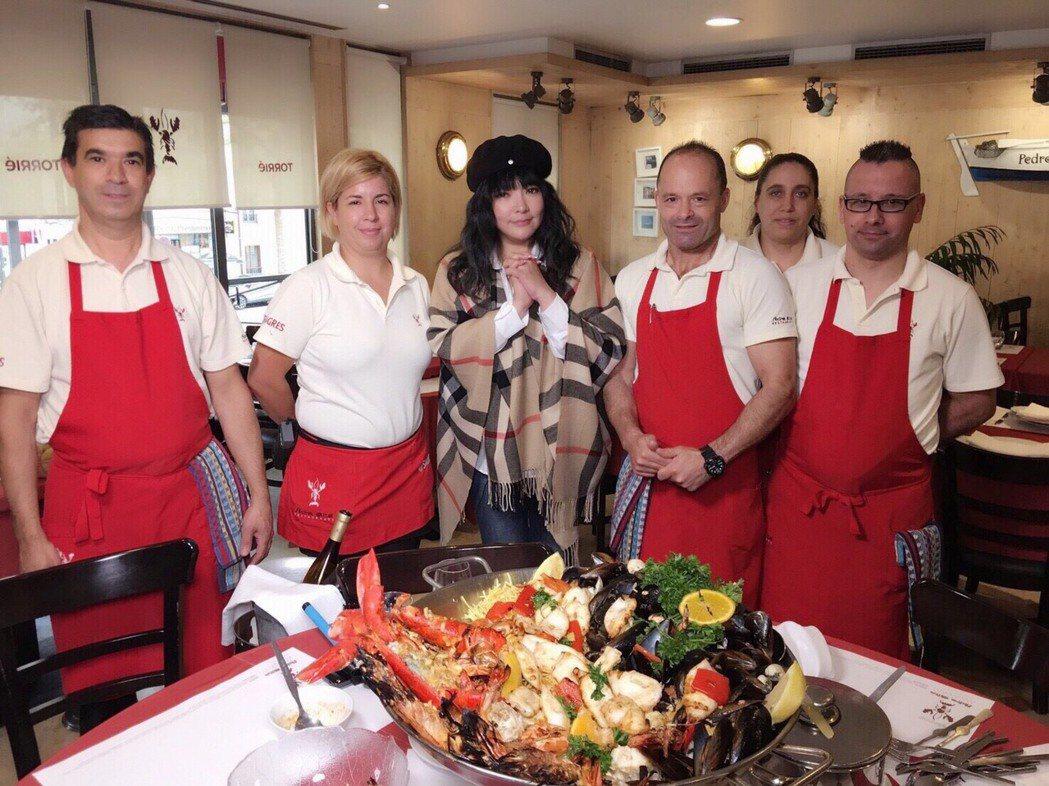 巴黎海鮮餐廳服務生幫唐綺陽慶生。圖/亞洲旅遊台提供