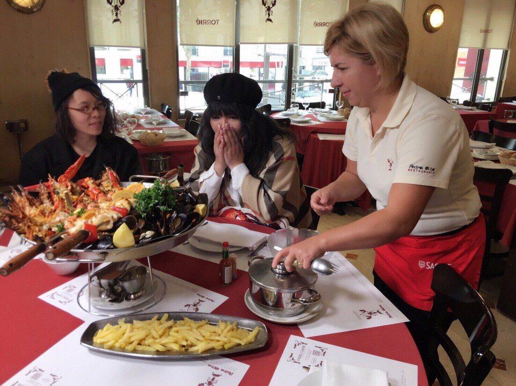 唐綺陽在巴黎葡萄牙海鮮餐廳。圖/亞洲旅遊台提供