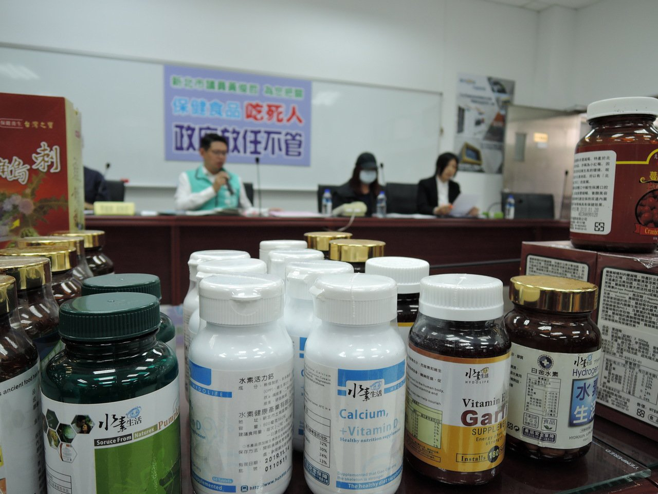 新北市泰山區一名六旬婦人購買大量保健食品,直至上月中旬因藥物急性酸中毒,併發敗血...