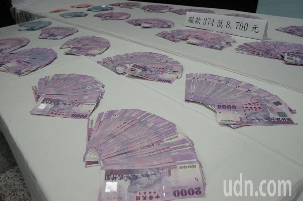 花蓮警方破獲詐騙集團,查扣374萬元餘元現金。記者王燕華/攝影