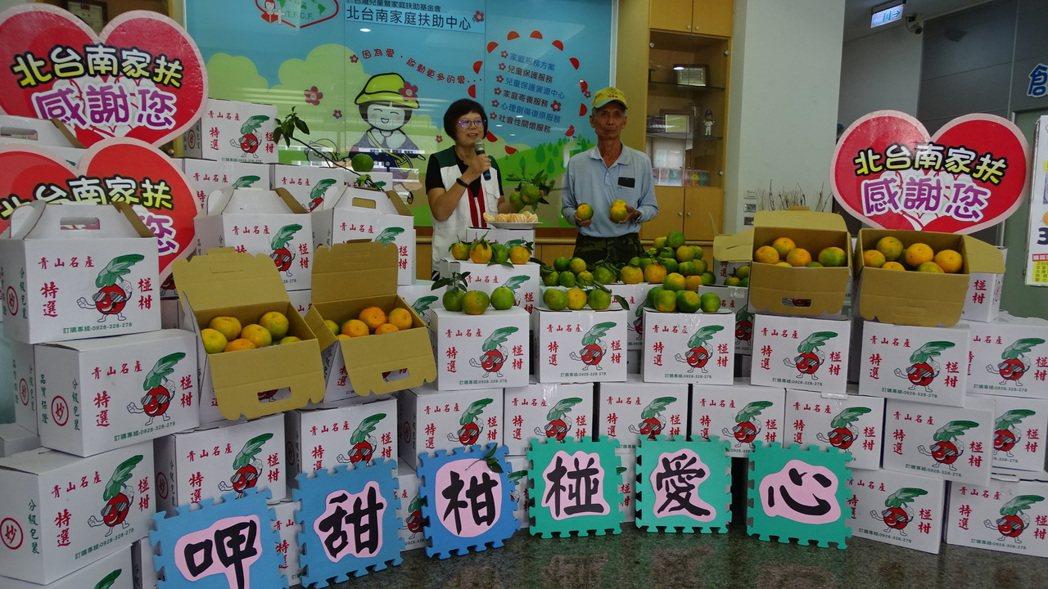 10台斤裝的椪柑每箱義賣300元,已有不少愛心人士認購。記者謝進盛/攝影