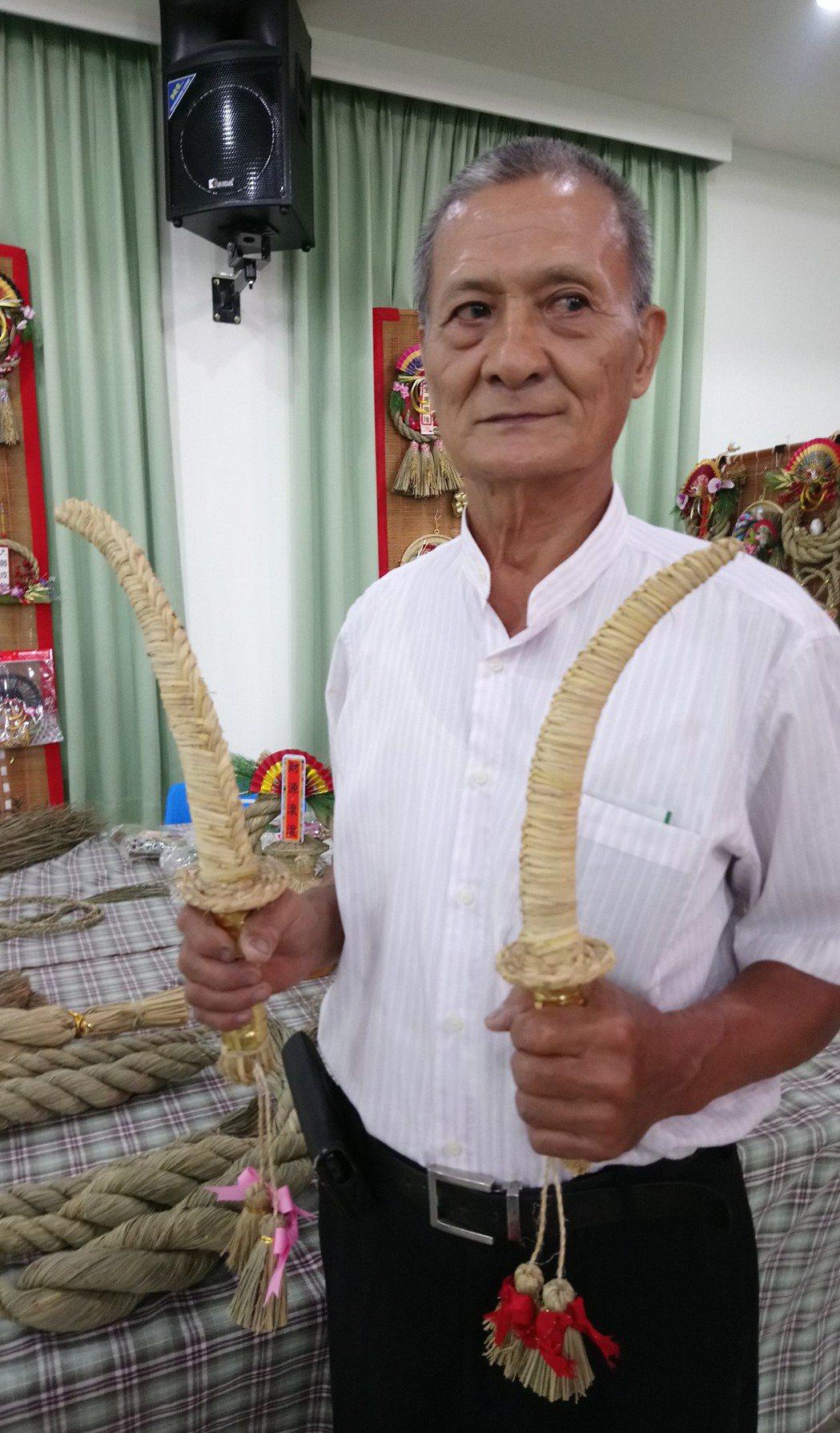李龍說,稻草編製的彎刀是過去最好的童玩。記者卜敏正/攝影