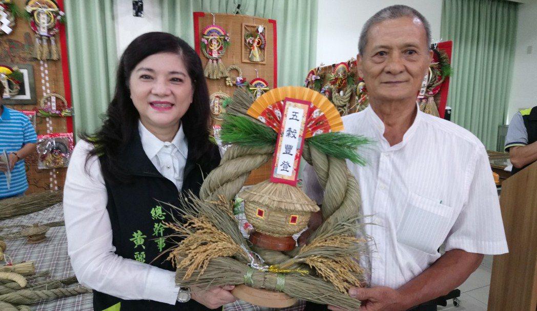 太保農會總幹事黃麗貞,稱讚李農的稻草編織「太漂亮了!」記者卜敏正/攝影