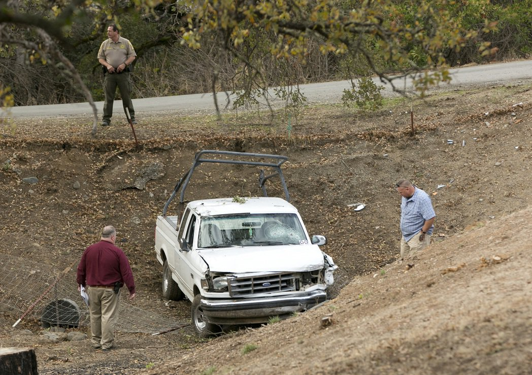 調查人員正在檢查加州槍擊案槍手使用過的小貨車。美聯社