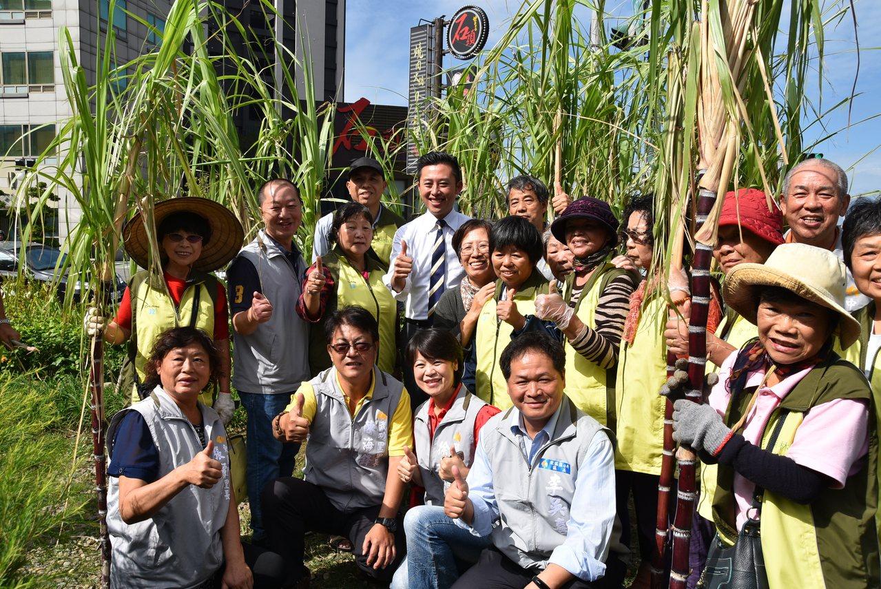 食物森林示範地滿周年,新竹市長林智堅與民眾一同採收甘蔗歡慶。記者郭政芬/攝影