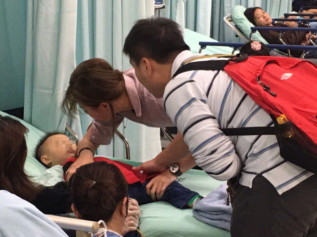夫妻到醫院一直在孩子身邊,醫師診斷確定是感冒引起的不適而且狀況穩定後才鬆口氣。記...