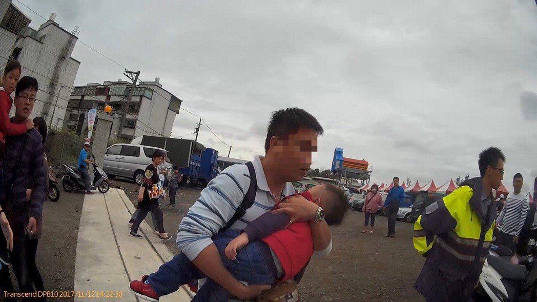 男童口吐白沬父親急忙求助警員。記者鄭國樑/翻攝