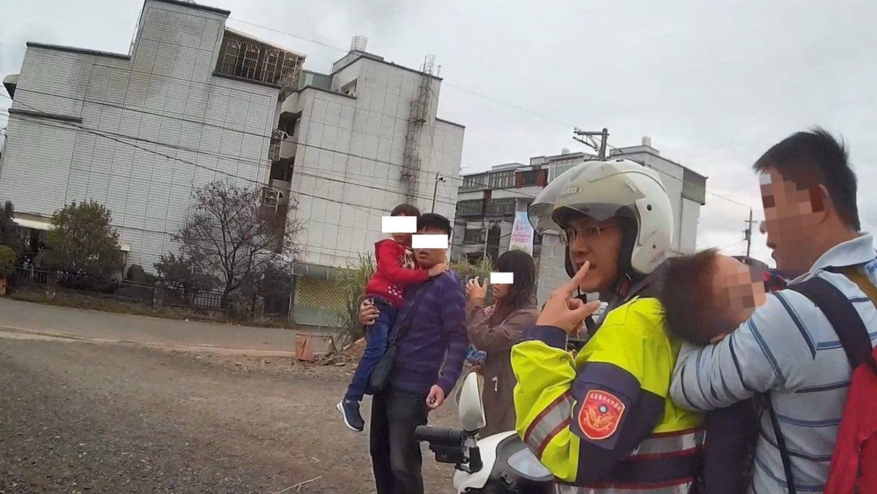 警員用機車載男童和父親到醫院。記者鄭國樑/翻攝