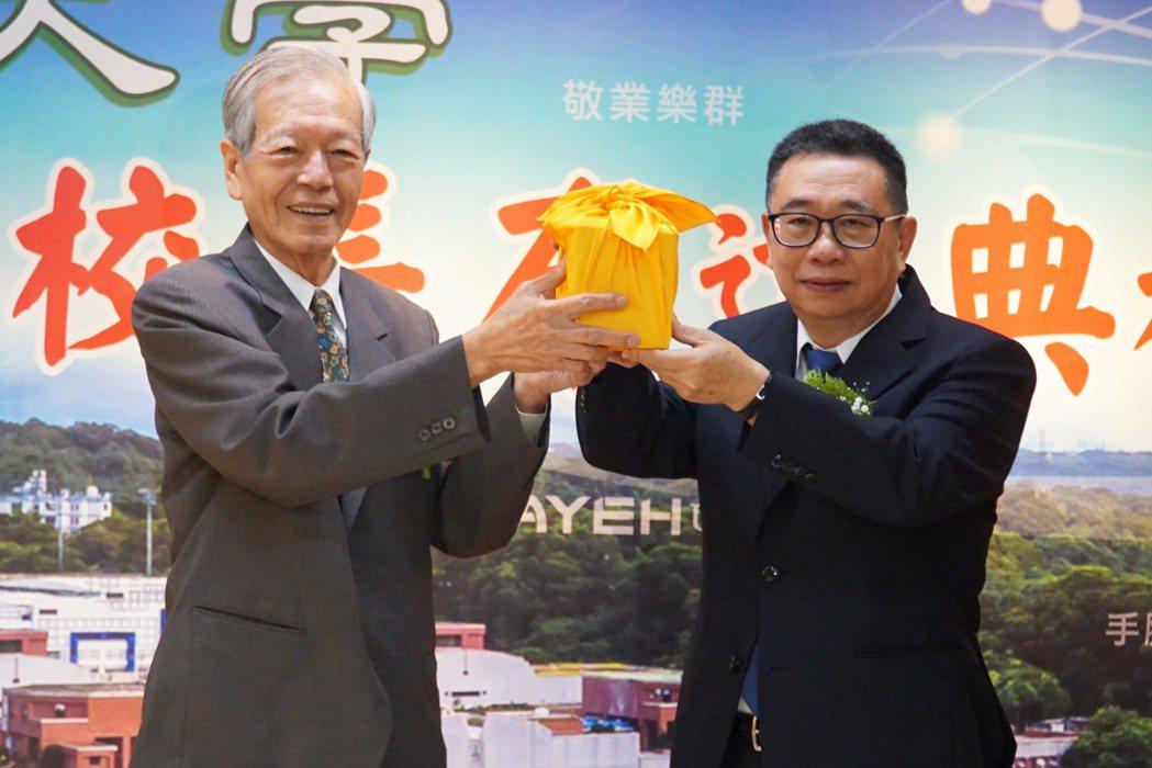 大葉大學董事長黃正雄(左)將校長聘書和印信,交給梁卓中博士。記者何烱榮/攝影