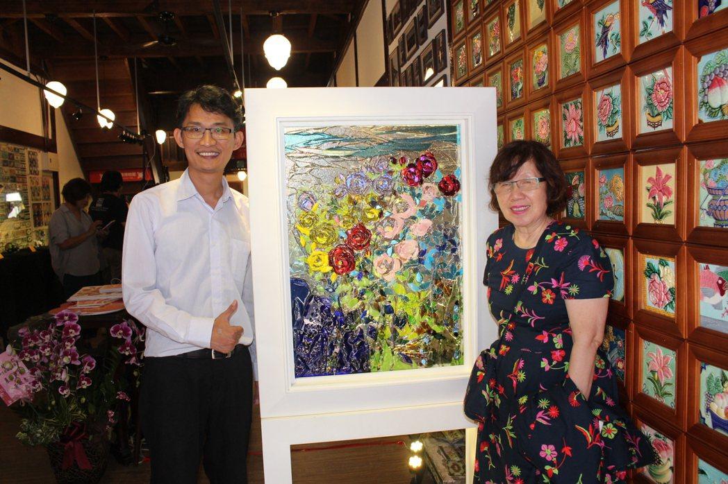 新竹市玻璃藝師王美幸(右)創作「南非-回憶」,與背後的花磚牆相呼應,巧妙帶出展覽...