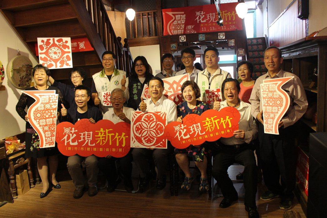 新竹市玻璃工藝師們以花磚圖騰為主題進行創作,29件作品即日起在嘉義市的台灣花磚博...