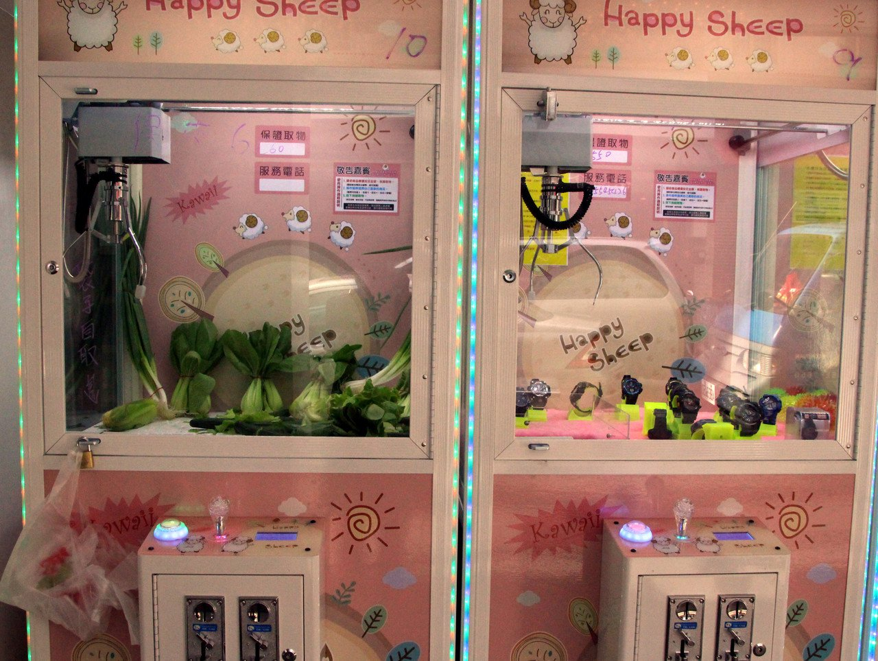 鹿港鎮出現夾菜機,在夾娃娃機中顯得醒目。記者林敬家/攝影