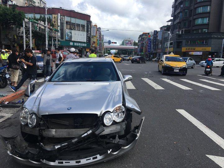 包庭政車禍造成7人受傷。本報資料照片