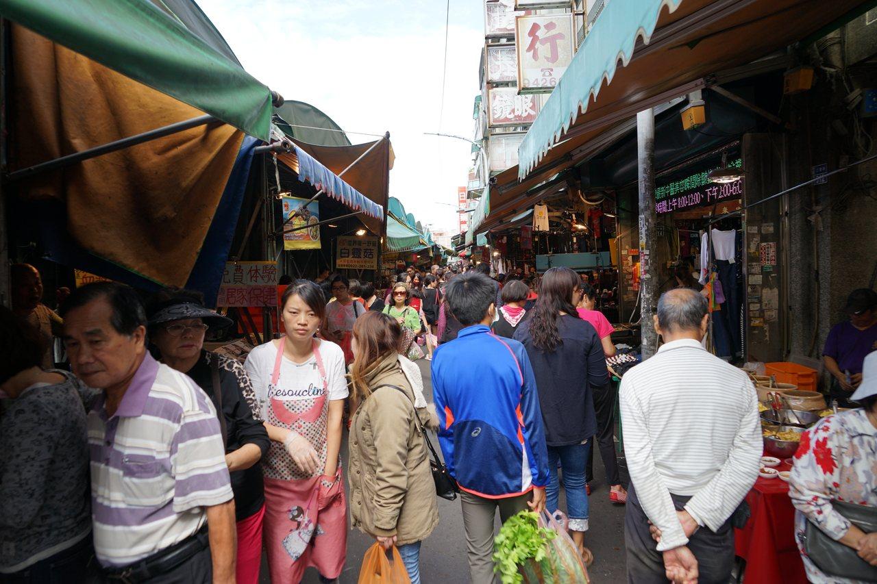 新竹縣竹東中央市場超過60年,為客家美食大本營。記者陳妍霖/攝影