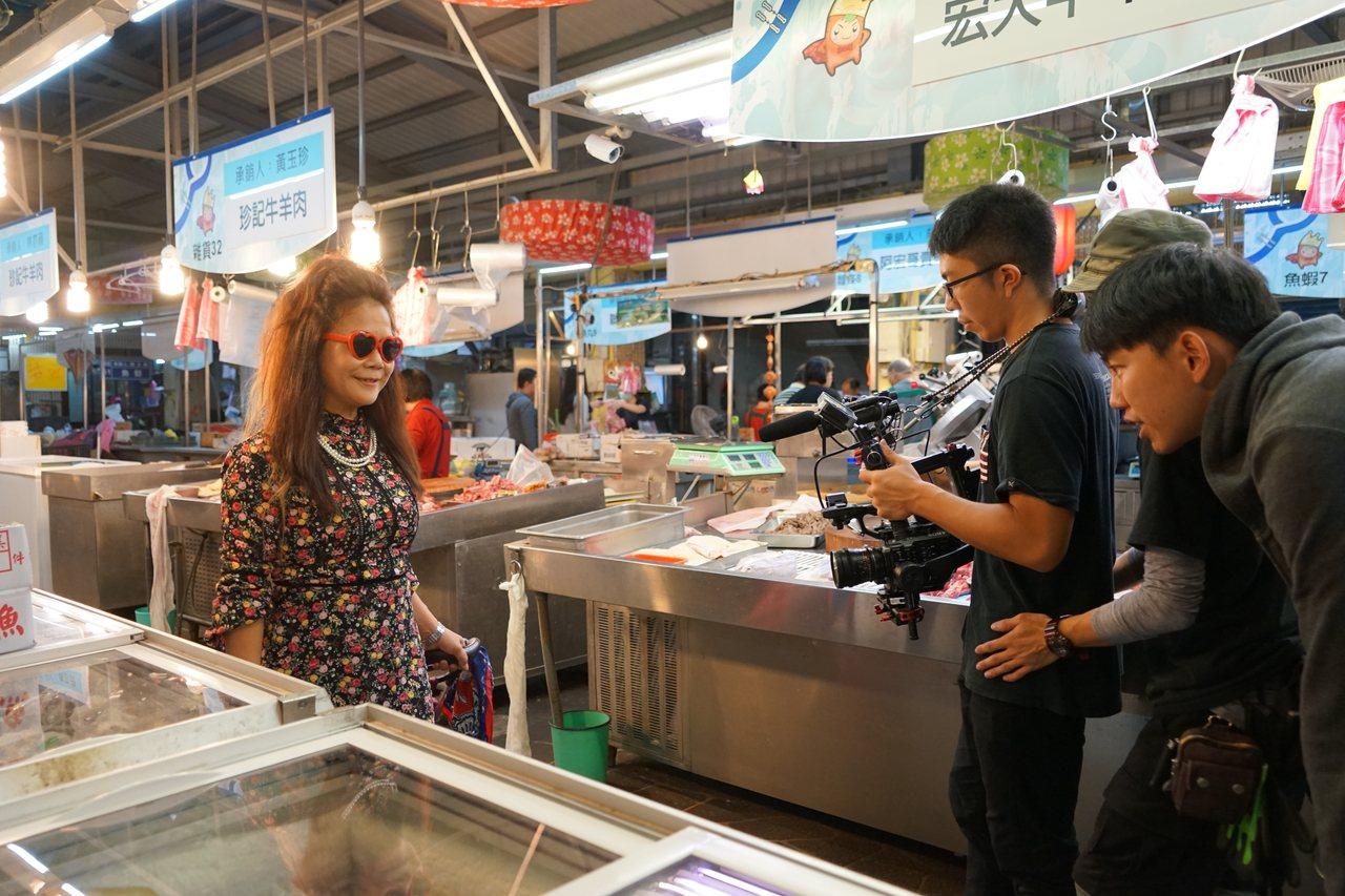 客家樂團「打幫你樂團」推出新曲,今日在新竹縣竹東市場拍攝快閃MV,找來客家阿婆穿...