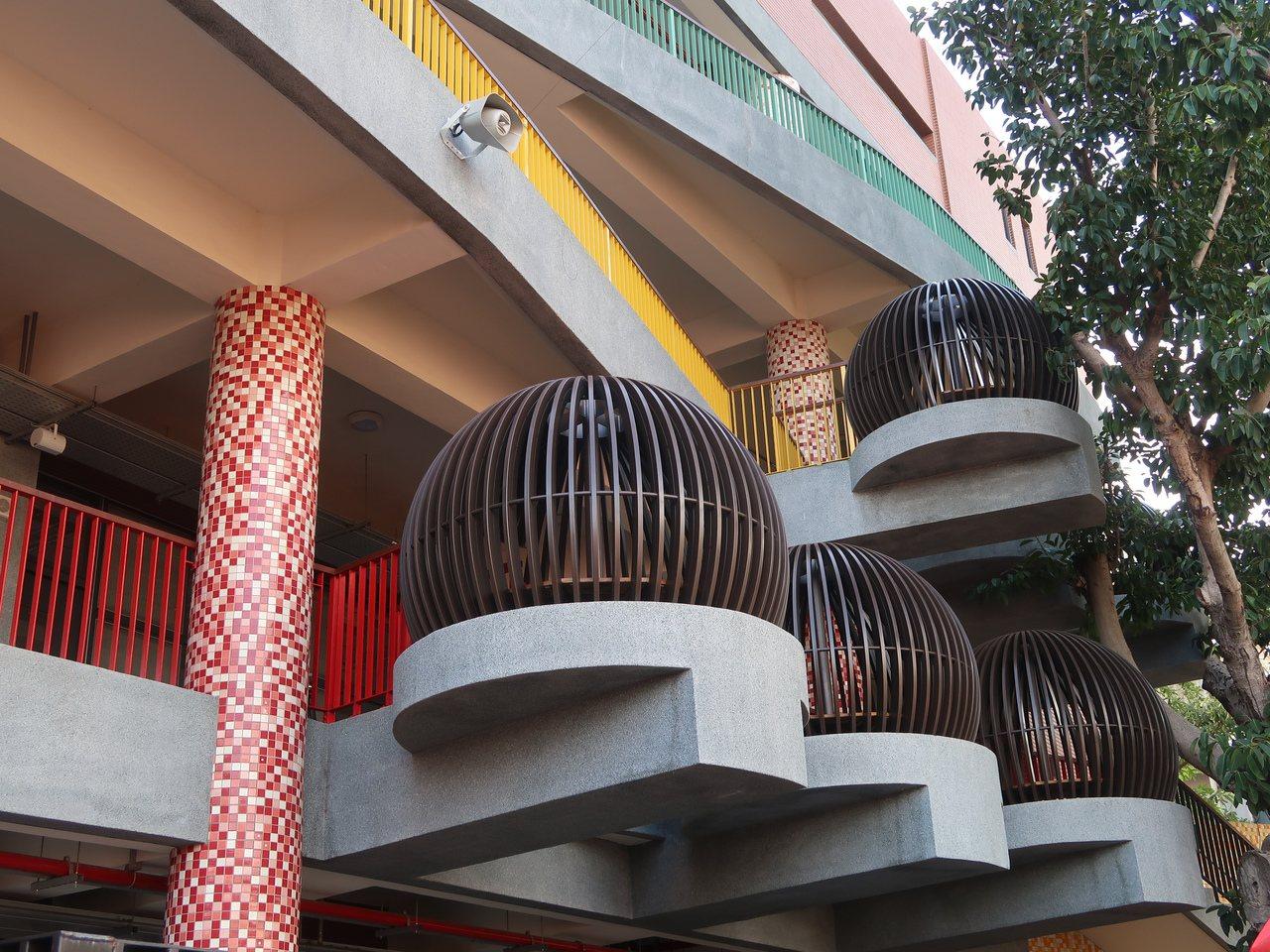 新竹市關東國小關愛樓以老樹融合校園建築、設置搶眼「鳥巢」造型樹屋,讓孩子不再當「...