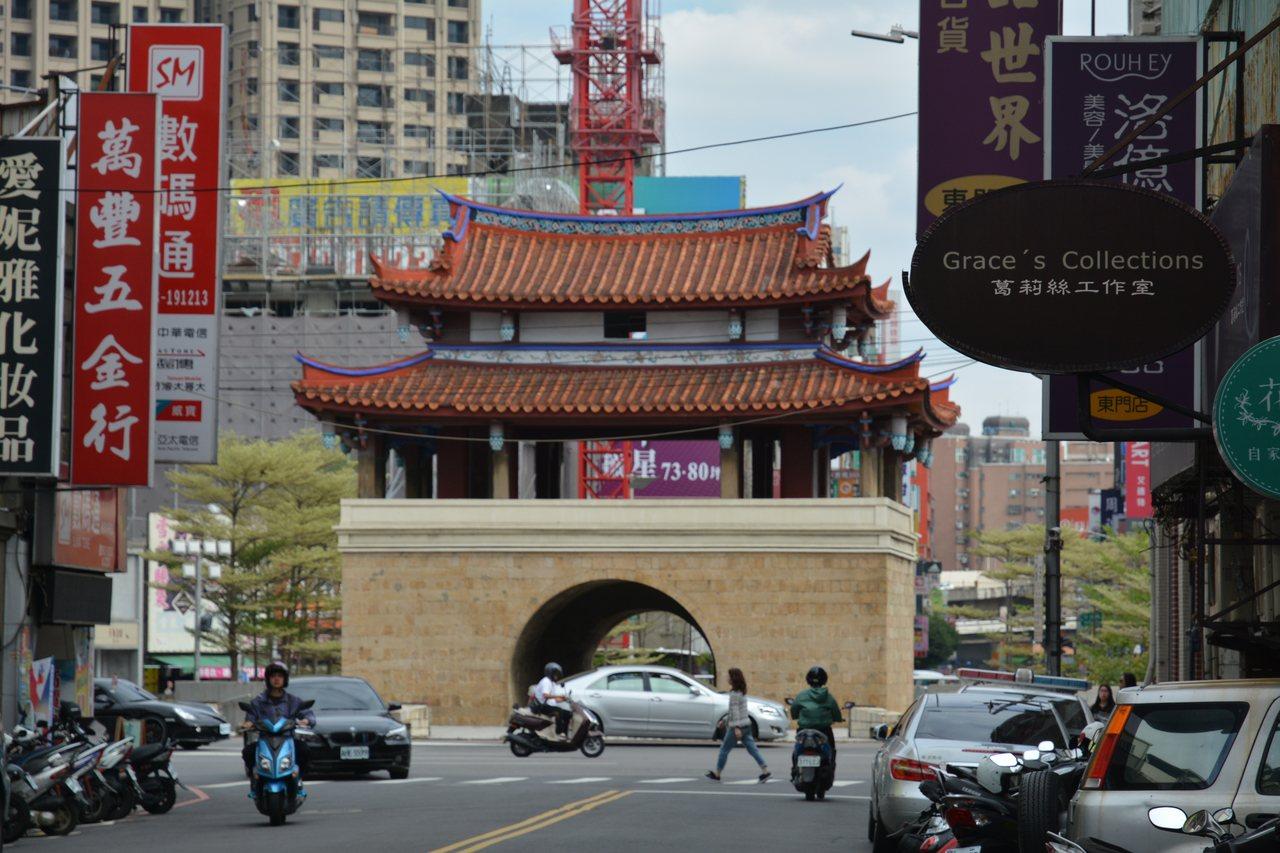 1829年建成的新竹磚石城牆與城門,如今僅剩國定古蹟東門迎曦門。記者林家琛/攝影