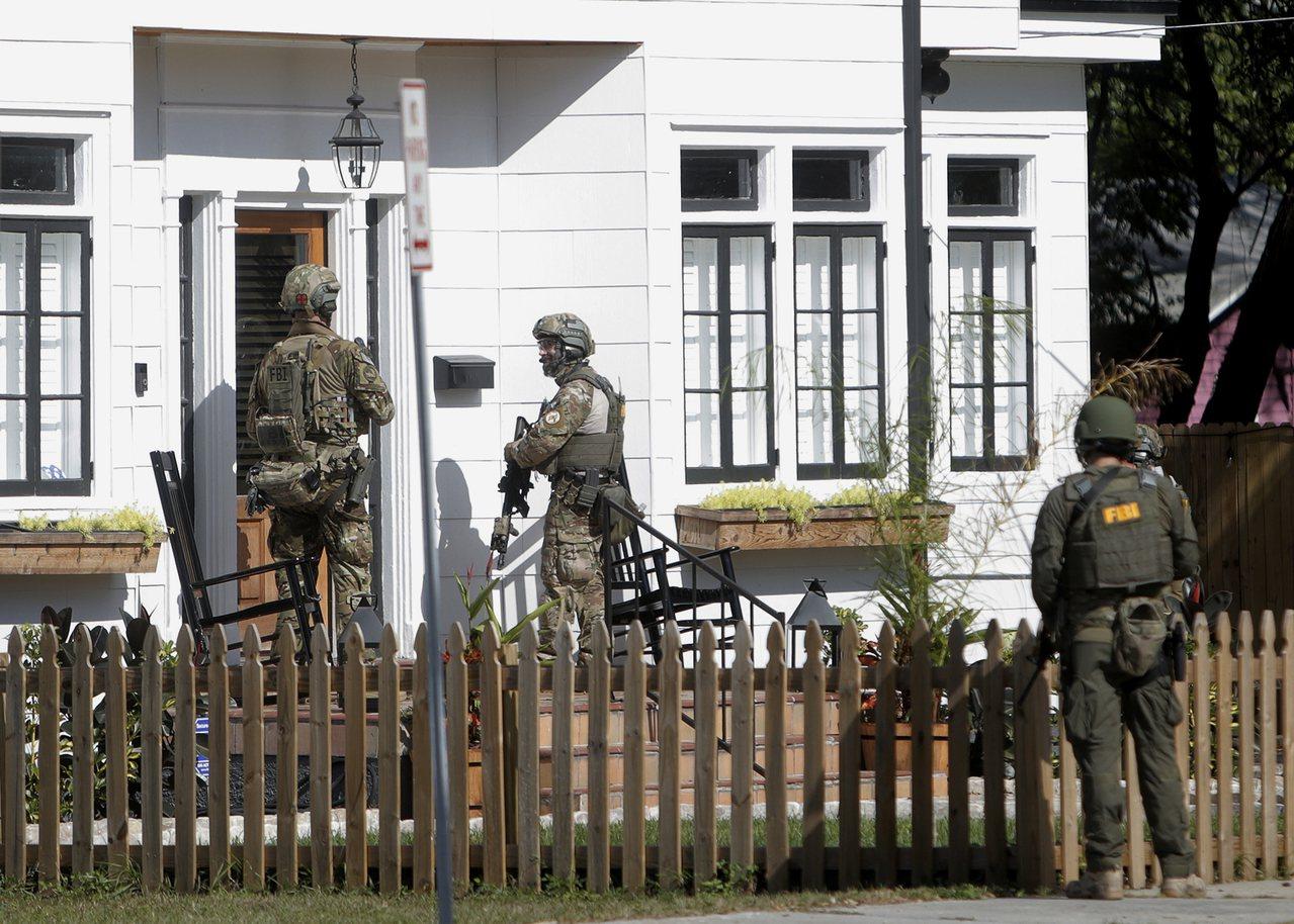 穿軍裝的聯邦調查局人員在發生連續殺人案的坦帕市Seminole Heights社...