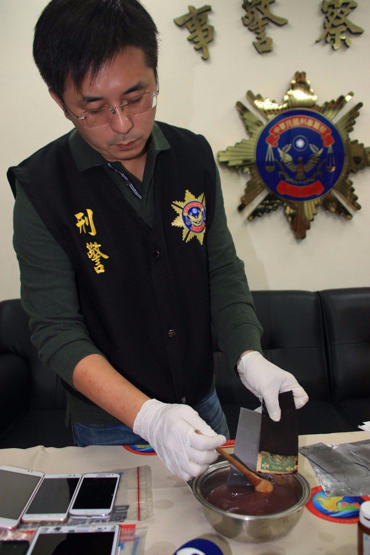 警方示範詐騙手法,「黑紙變美金」。記者曾健祐/攝影