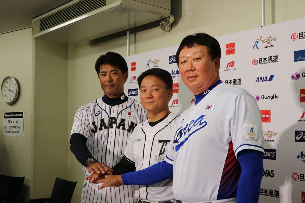 亞冠賽明日開打,今天下午在東京巨蛋舉行了三隊總教練記者會,三人握手為比賽揭開序幕...
