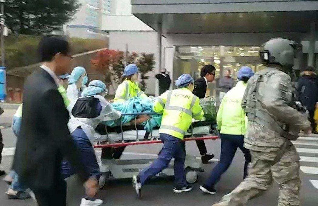 南韓醫護人員13日將越境投誠時中槍的北韓軍人送往水原市醫院急救。 (歐新社)