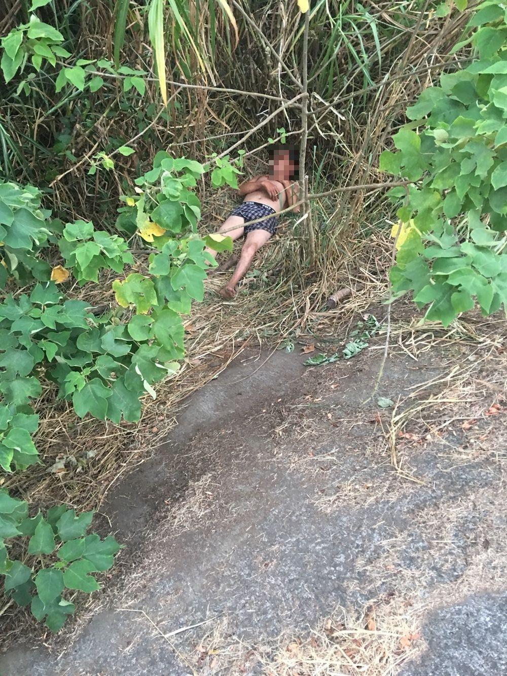 民眾在秀林堤防草叢驚見男子赤裸躺臥,懷疑是棄屍急忙報案。記者謝恩得/翻攝