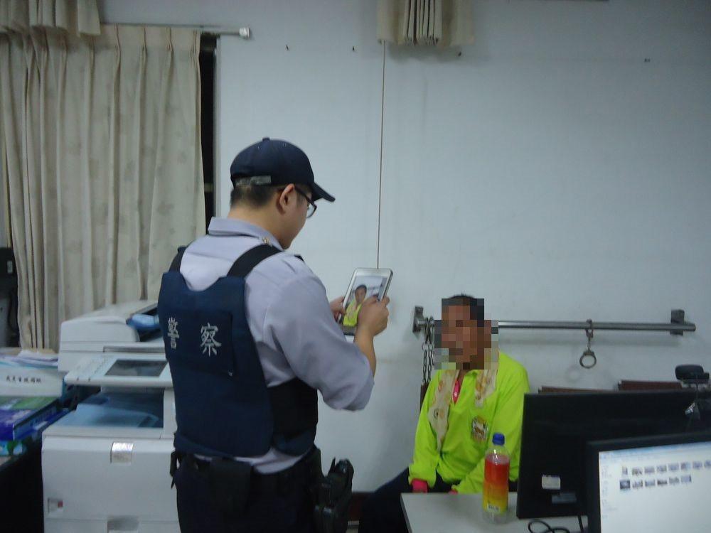 警方以人臉辨識系統協助昏倒的瘖啞人士返家。記者謝恩得/翻攝