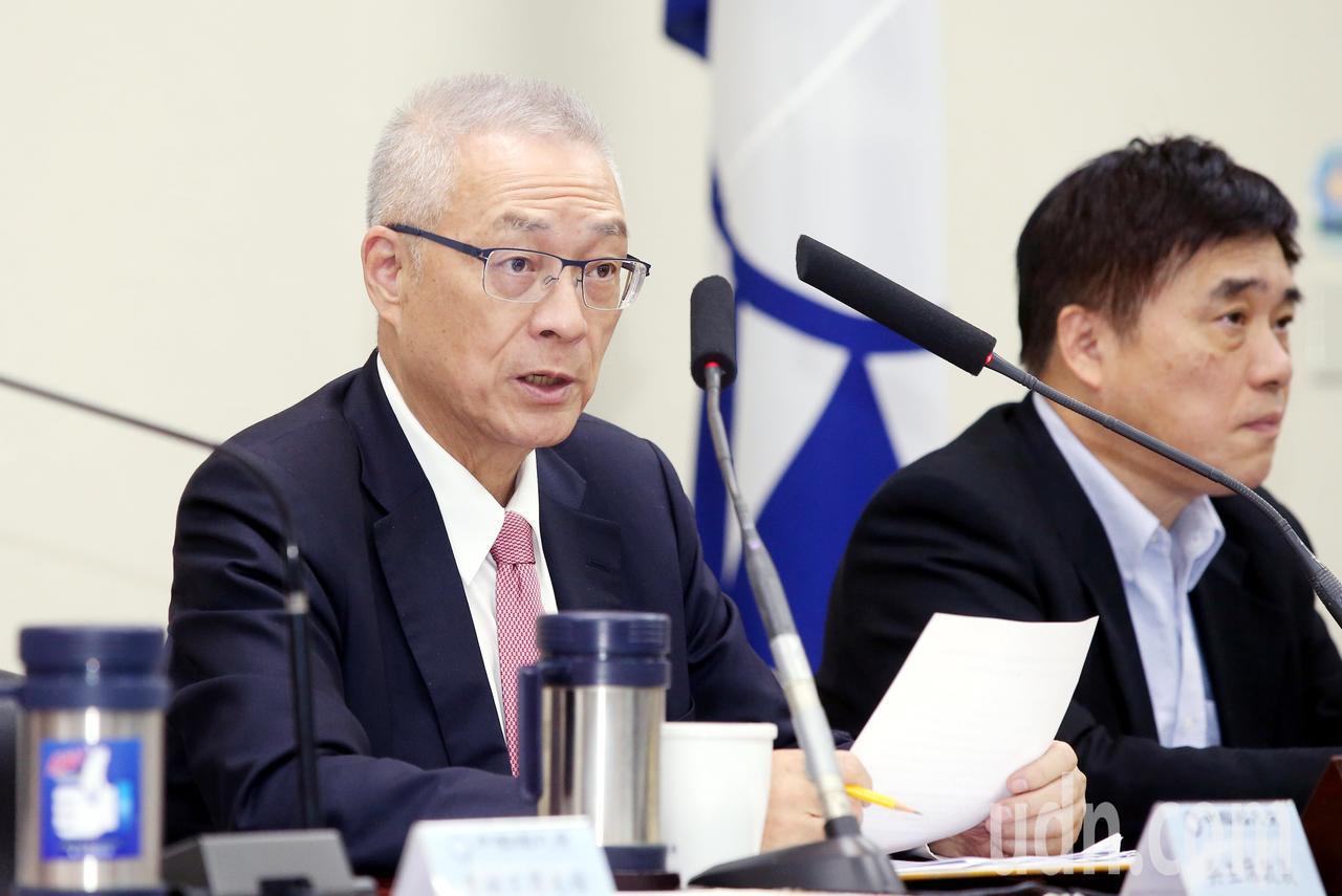 國民黨中常會今天聽取「一例一休--公共政策的白老鼠」專題報告,主席吳敦義(左)呼...