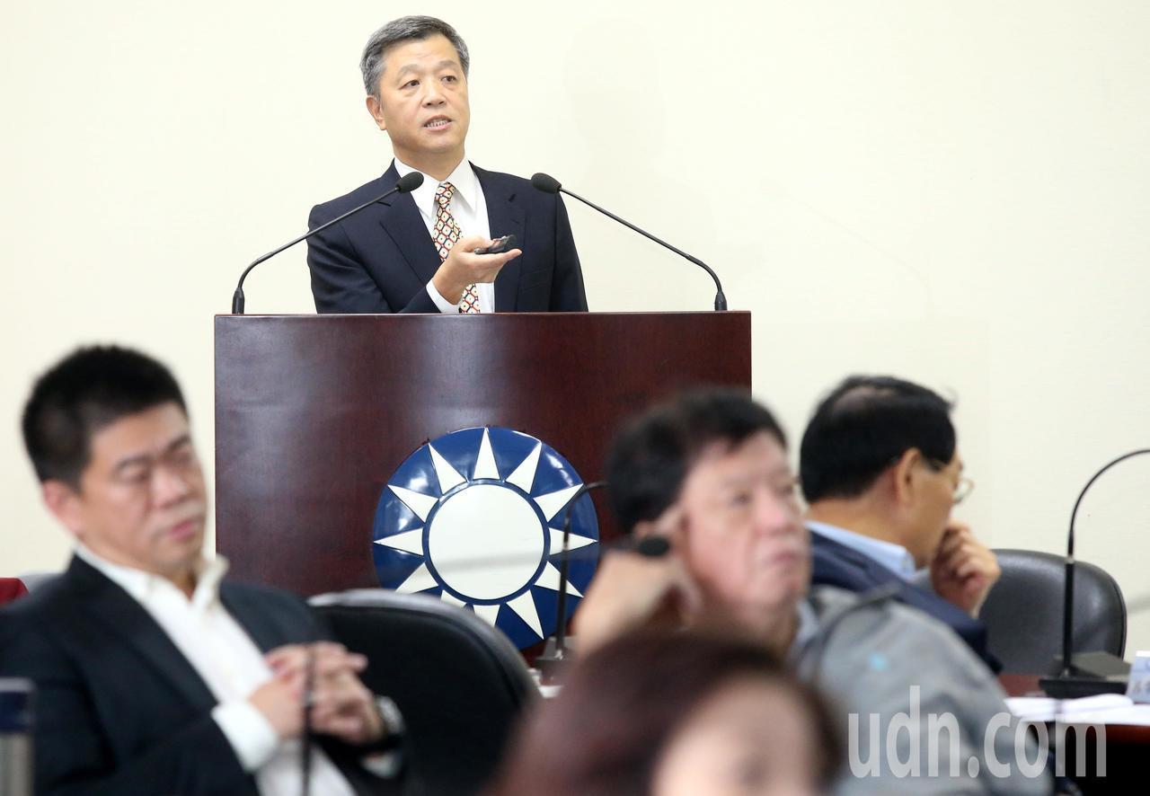 國民黨中常會今天聽取智庫副執行長陳雄文(中)「一例一休--公共政策的白老鼠」專題...