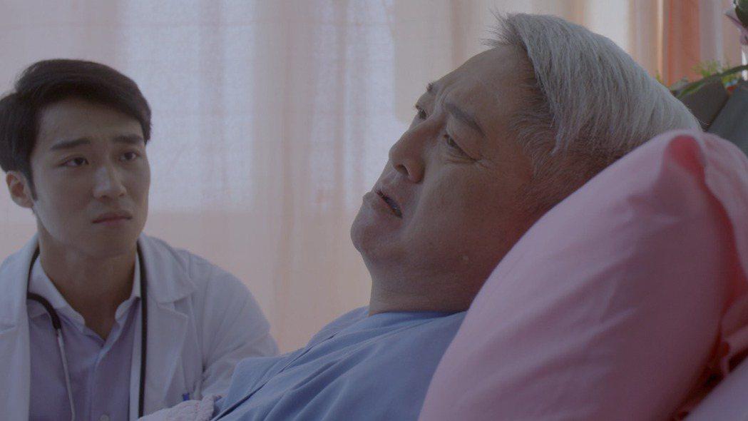 李國超(右)劇中獲知兒子是同志氣到中風住院。圖/公視提供