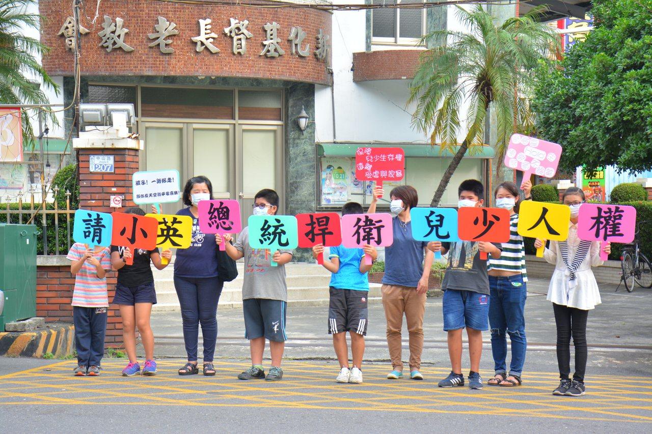 台南市口埤教會牧師娘許素芬今天上街頭舉牌,對於兩個少年之死,用「沈默」表達無言的...