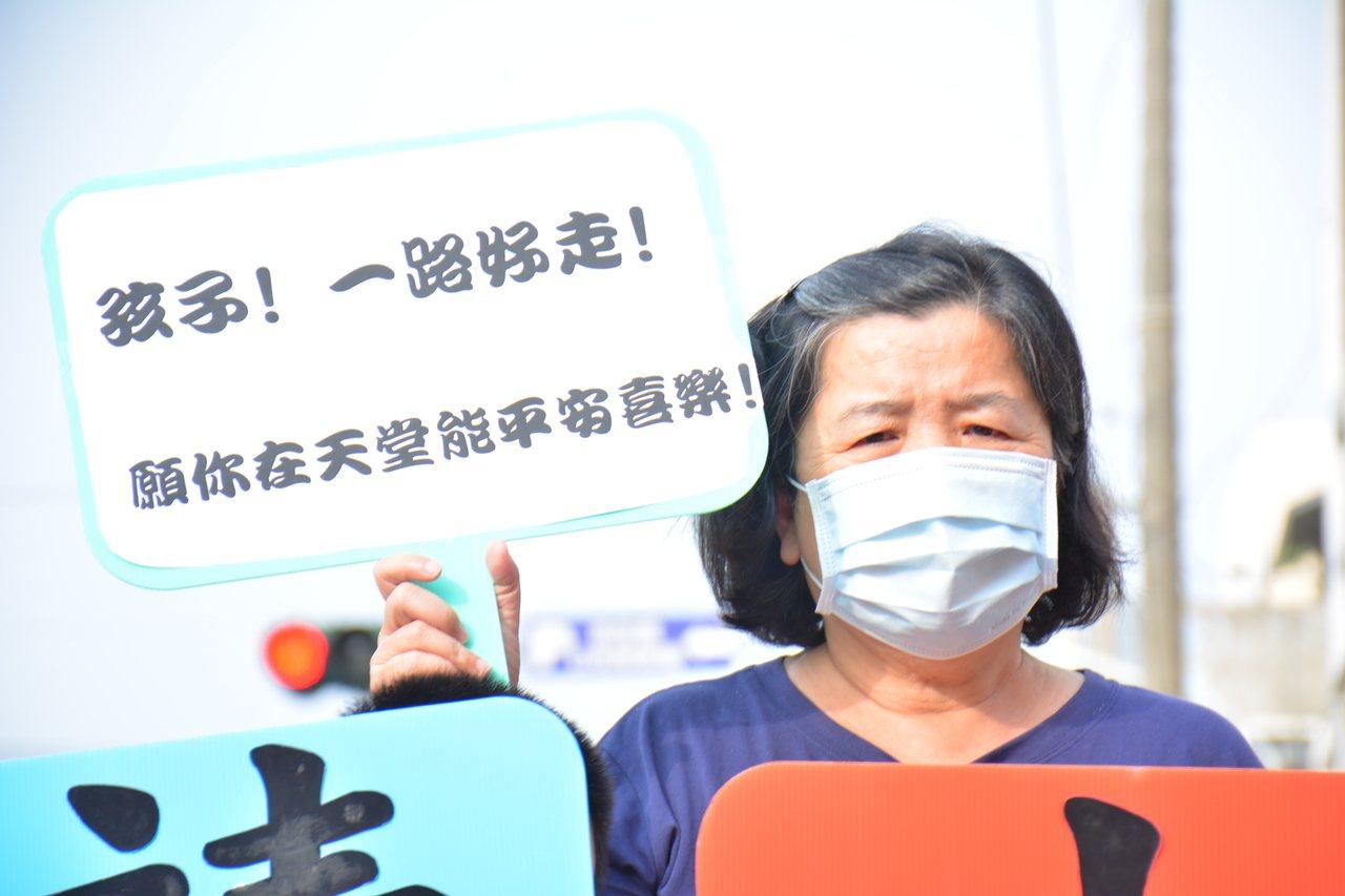 台南市口埤教會牧師娘許素芬不捨兩個少年之死,用「沈默」表達無言的控訴。記者吳淑玲...